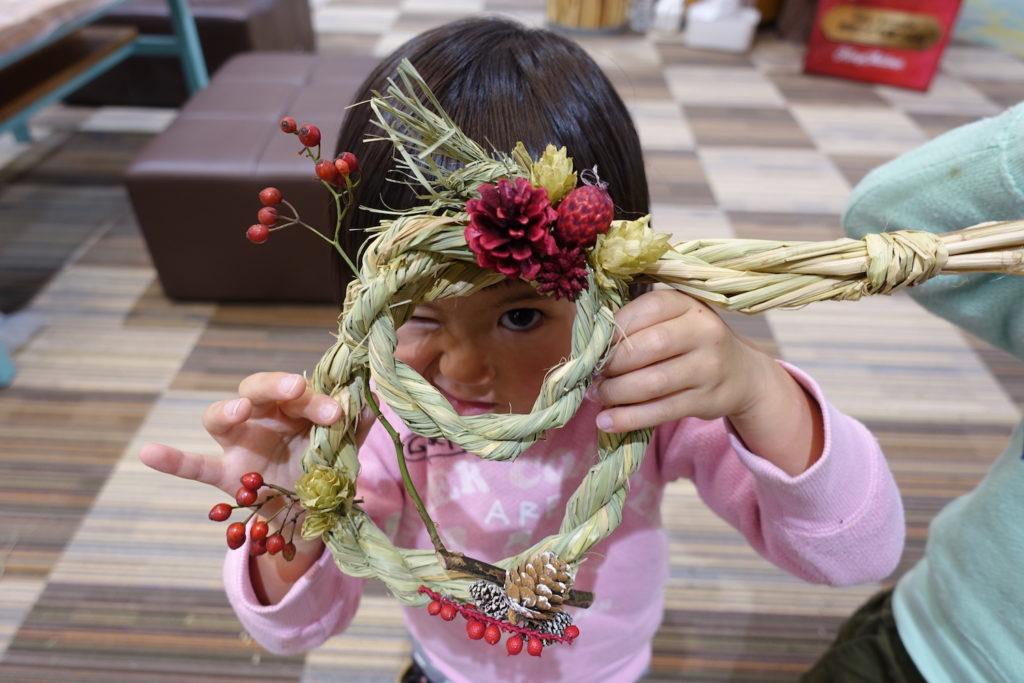 """年末の準備はこれ1つでOK。稲わらから自分でつくる""""2WAYリース""""(クリスマスリースにもお正月しめ飾りにもなりますよ)"""